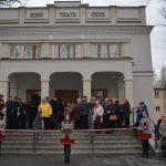 otwarcie kina czyn tłum ludzi przed budynkiem kina czyn w poniatowej na pierwszym planie członkowie orkiestry dętej ze wstęgą