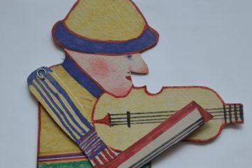 zdjęcie ludowego grajka grającego na skrzypcach wyciętego z kartonu