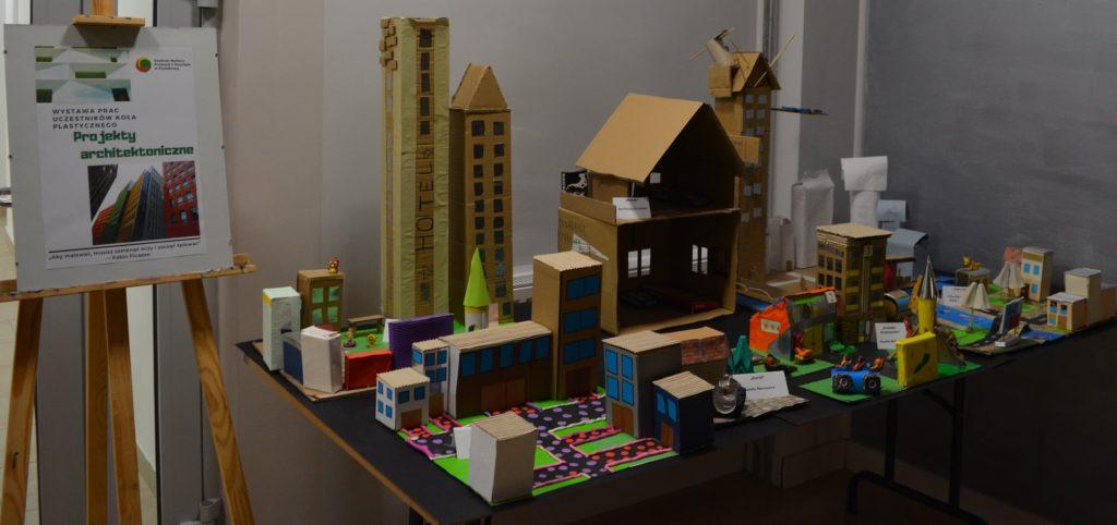 fragment wystawy projekt architektoniczny makieta miasta z kartonu