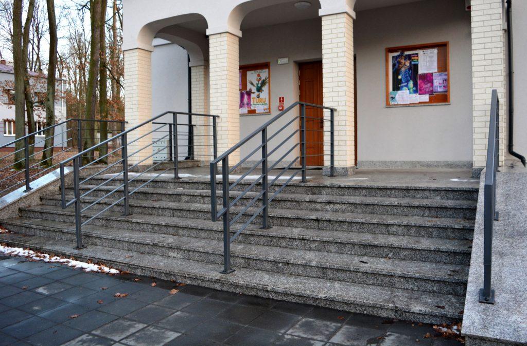 Zdjęcie przedstawia schody oraz wejście główne Kina Czyn