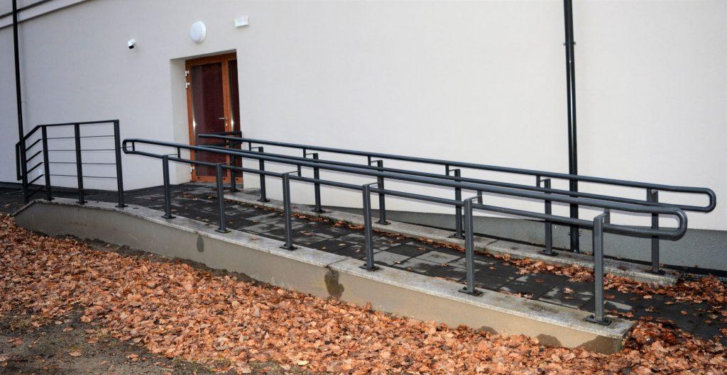 Zdjęcie przedstawia prowadzący do drugiego wejścia podjazd dla wózków