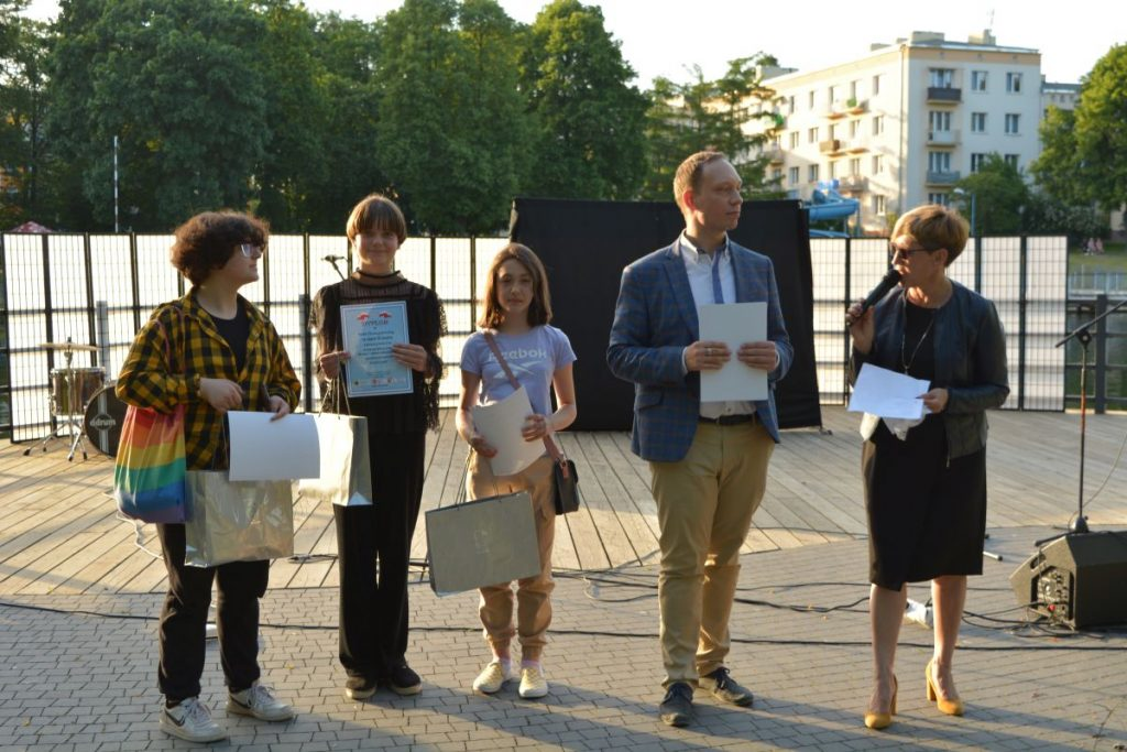 zdjęcie trzy dziewczynki trzymają dyplomy i torby z nagrodami obok stoi mężczyzna i kobieta
