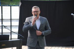 zdjęcie mężczyzna w okularach mówi do mikrofonu