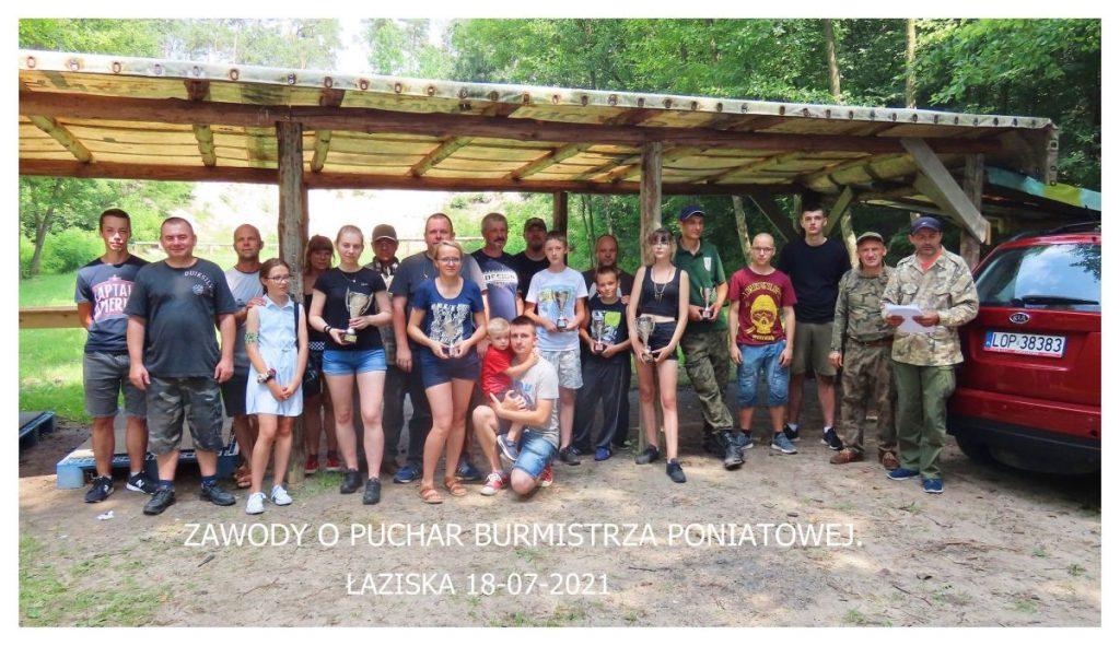 zdjęcie grupa osób na strzelnicy